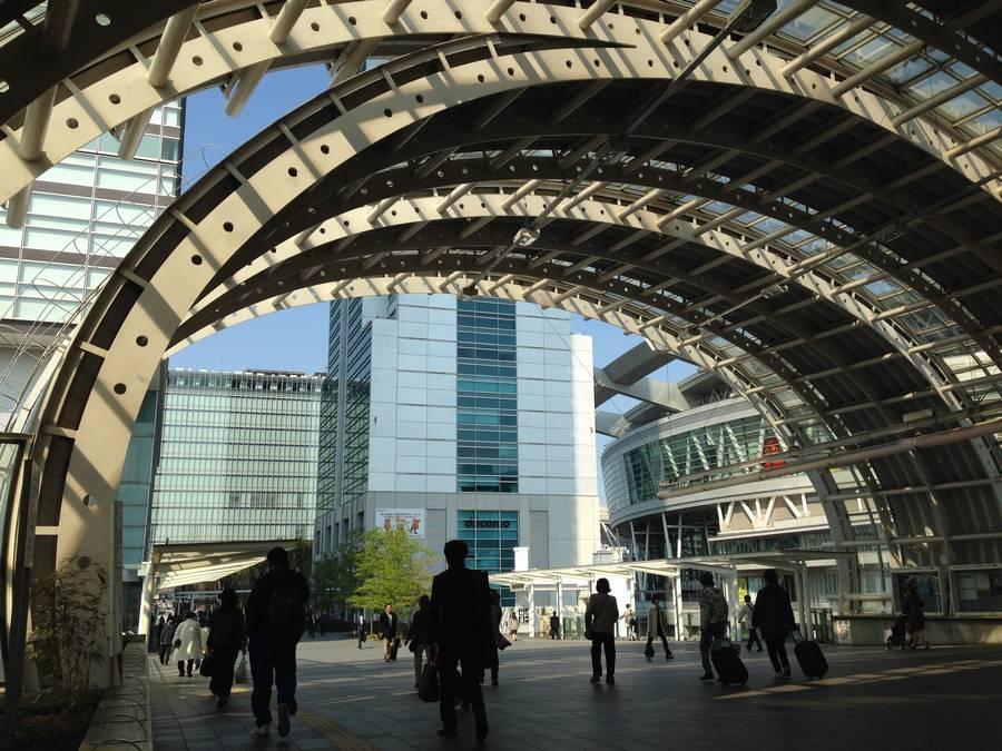 さいたま新都心駅の改札を抜けてけやき広場方面へ