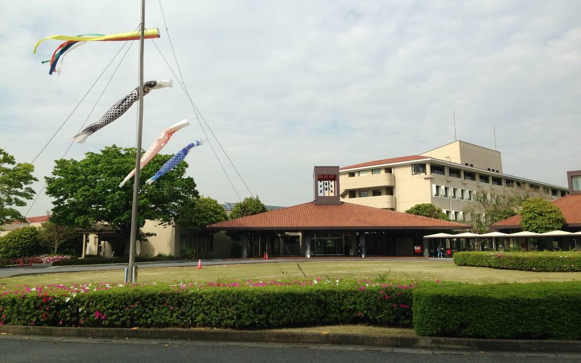 風に泳ぐ鯉のぼりと埼玉県立小児医療センター