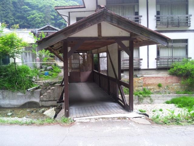 霊泉寺温泉の屋根付橋