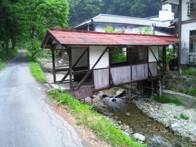 霊泉寺温泉の屋根付橋 (3)