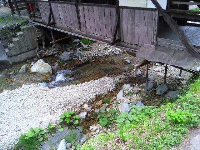 霊泉寺温泉の屋根付橋 (4)