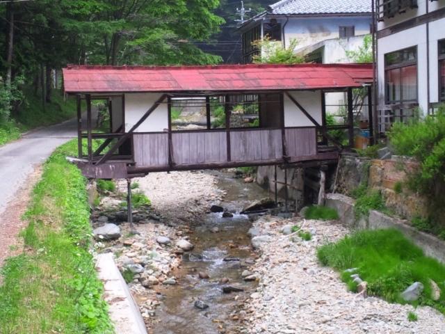 霊泉寺温泉の屋根付橋 (6)