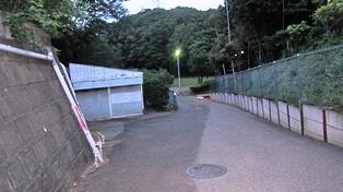 学校下の公園入口①