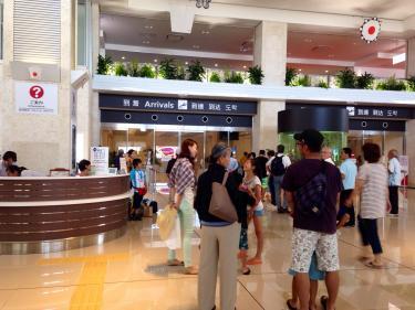 石垣空港到着ロビーにて。この時期は多くの個人観光客でにぎわいます。