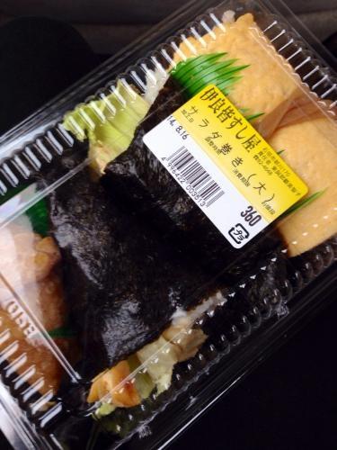 お惣菜天国の沖縄県。お寿司屋さんのお惣菜も人気です🎵