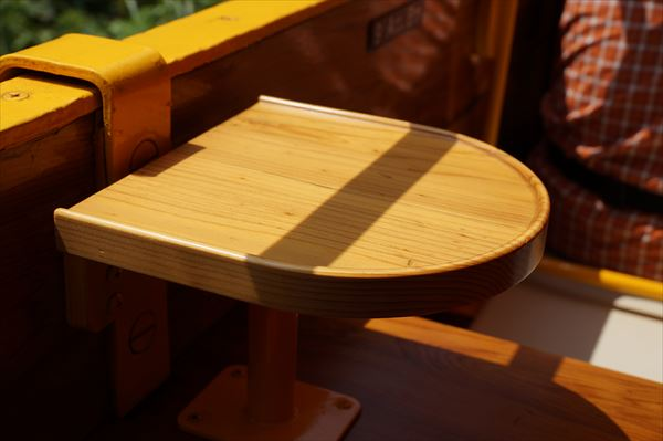 天然木のテーブル