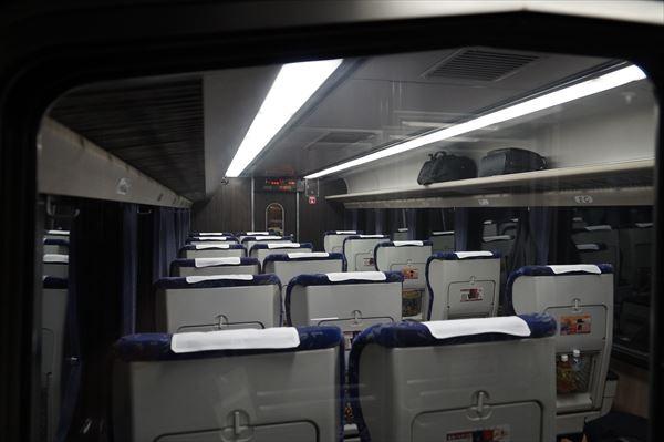トンネル通過中の客室