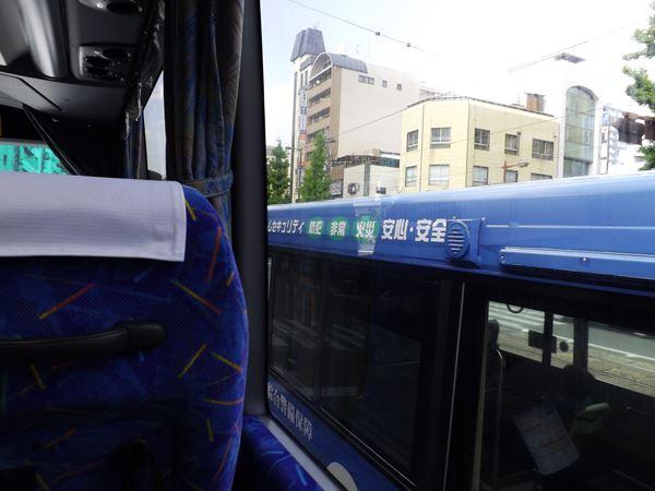 路線バスと並走