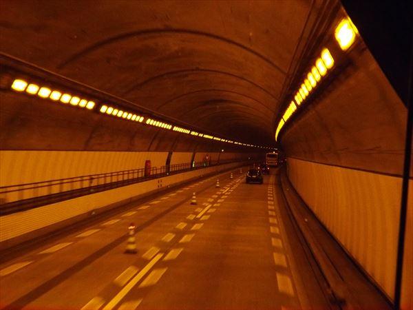 トンネル内も車線規制