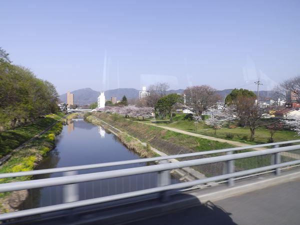 石手川を渡る