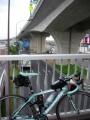 140501国道11号佐古交差点のスロープ付き歩道橋を渡る