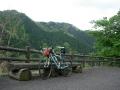 140501大滝山へ上る。集落の道端にベンチ