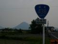 140503国道438号を快走.飯野山も見えて来た