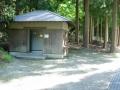 140524能家の山神神社横にトイレ