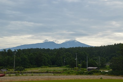 雲をかぶる鳥海山