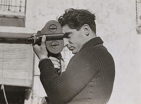 Robert Capa on assignment in Spain  using an Eyemo 16mm movie camera    Image by Gerda Taro