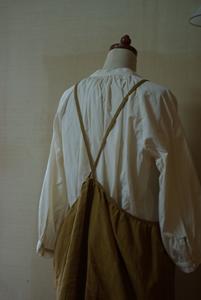 カラシ色胸当て付きスカート後ろ