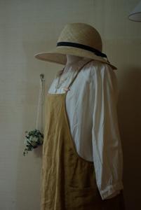 カラシ色胸当て付きスカート