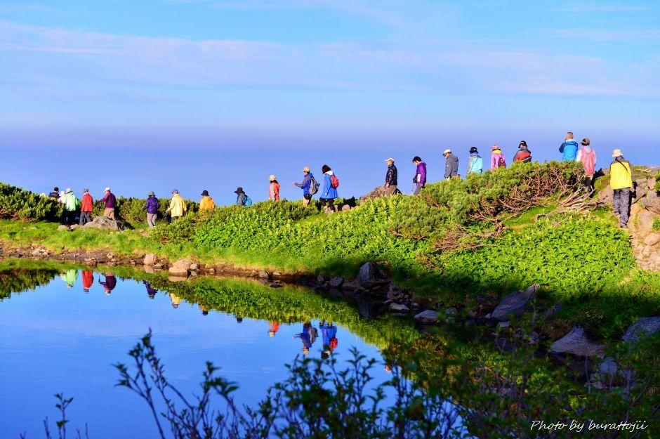 2014.07.29お池めぐりコース10血ノ池に映り込む登山者