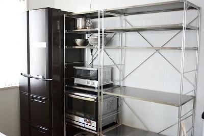こちらもステンレスのユニットシェルフをキッチンで使っているインテリアです。ゴミ箱