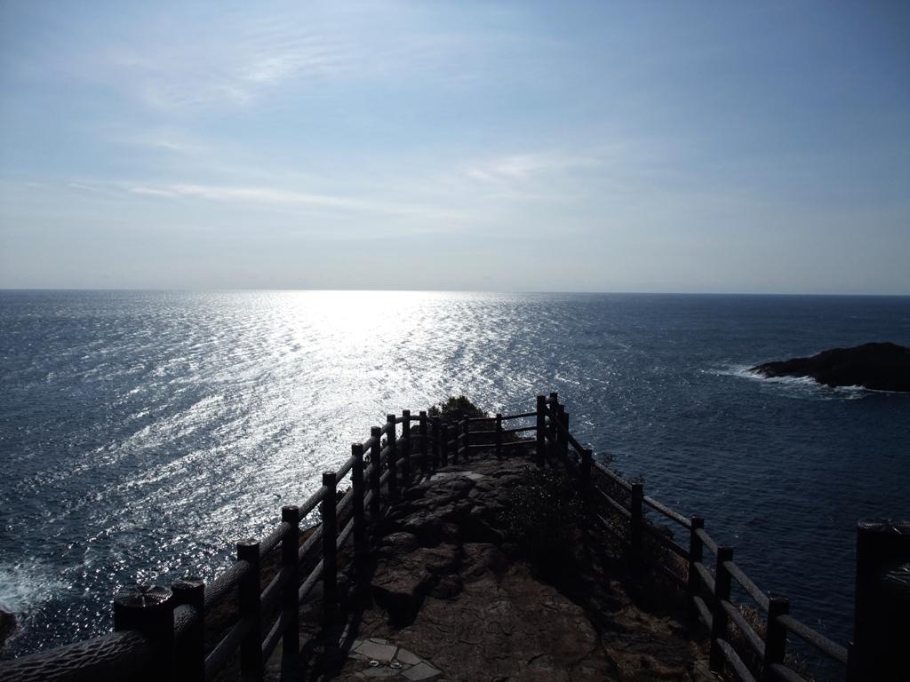 日向岬海に突き出す展望台