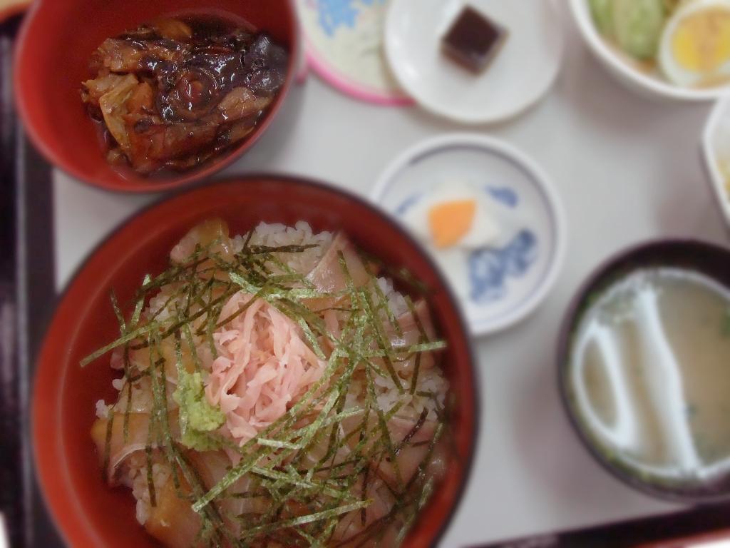 伝説的うまさのカンパチ漬け丼とアラ煮
