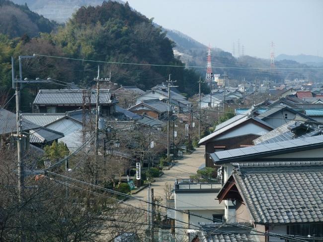 高台の神社から醒井宿を見わたす