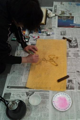 筆に蝋をつけて紙に字を書きます