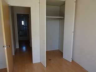 キッチン横の洋室