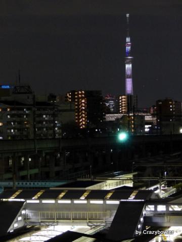 夜の田端駅とスカイツリー(北区)