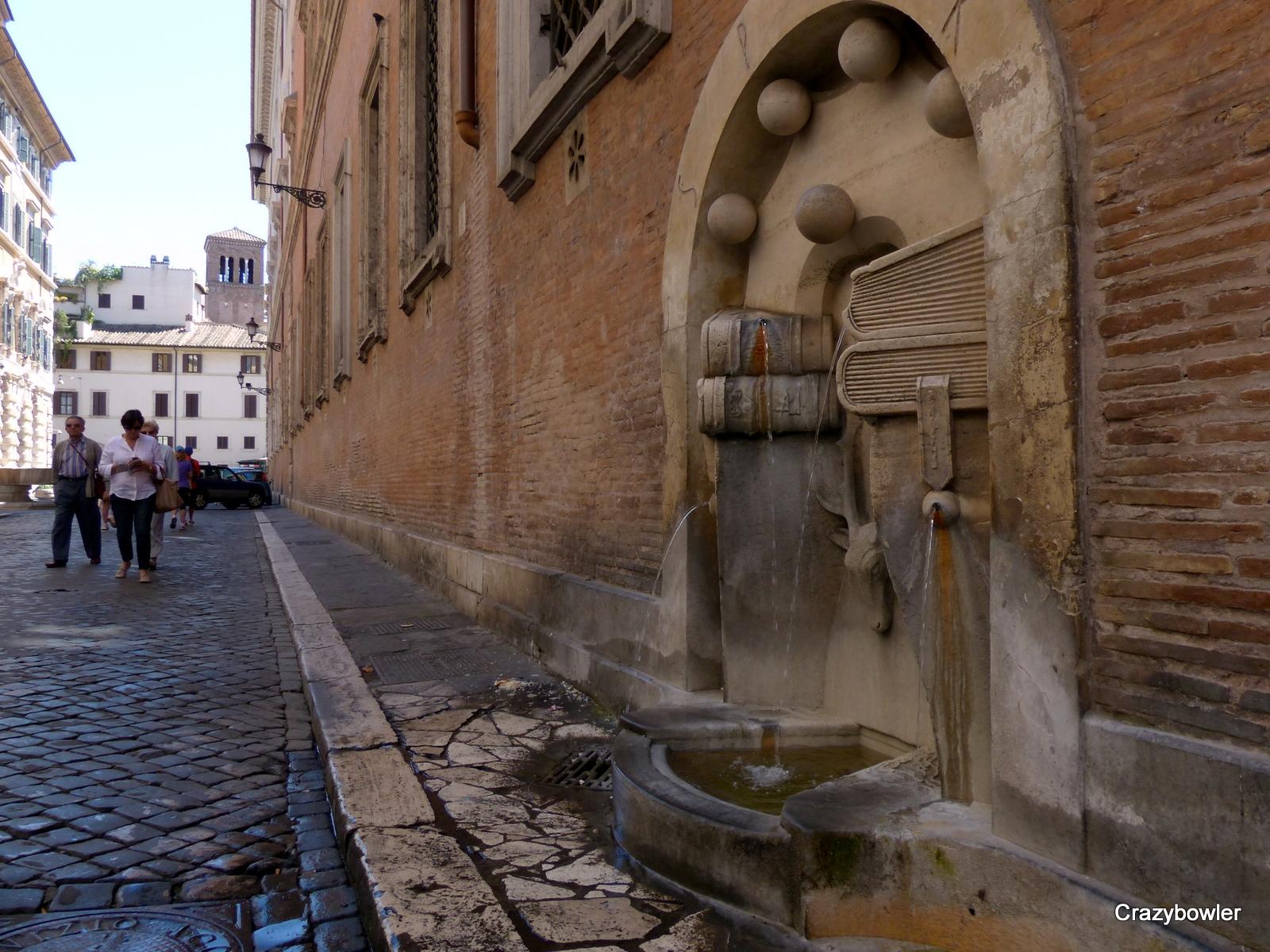 ローマの街角の水場