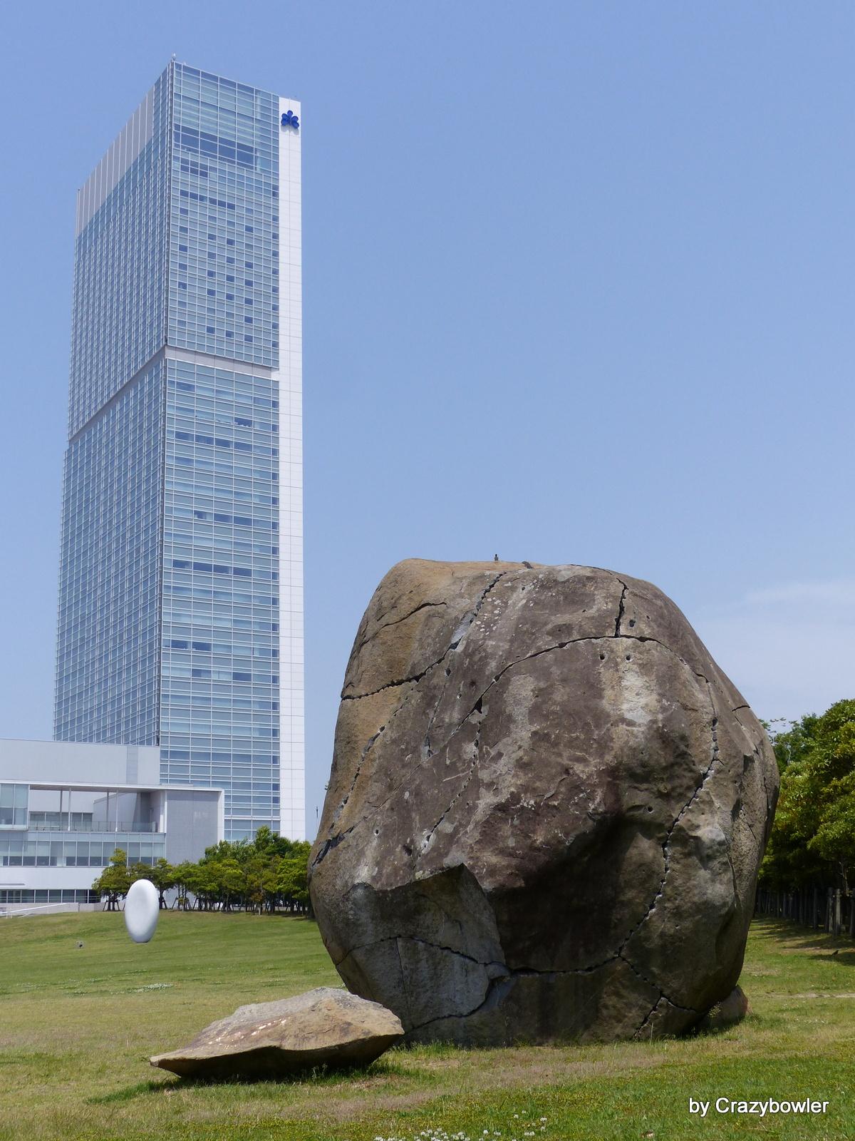 朱鷺メッセと信濃川沿いの巨石モニュメント