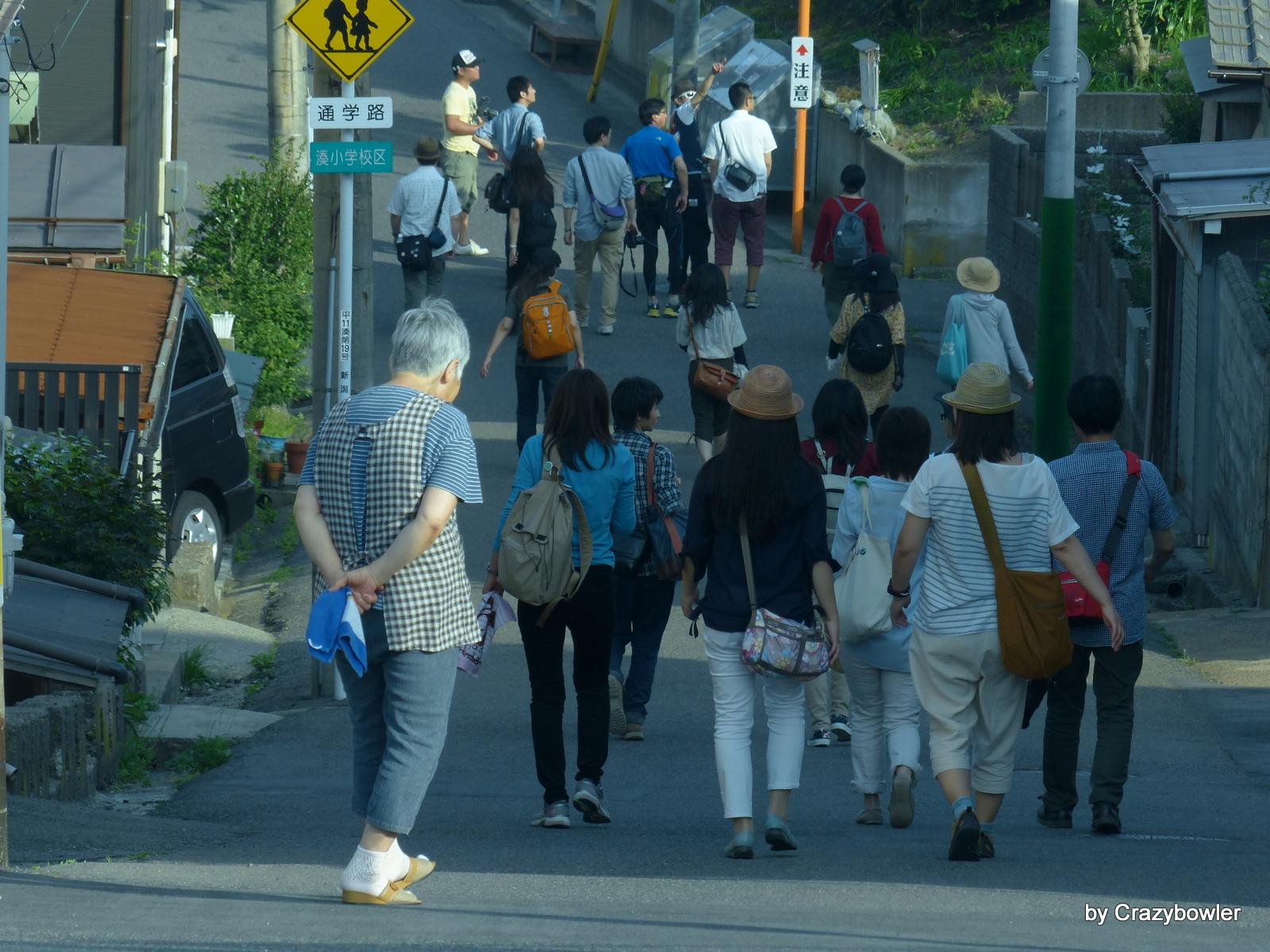 新日和山展望から町へ向かう坂(新潟市)