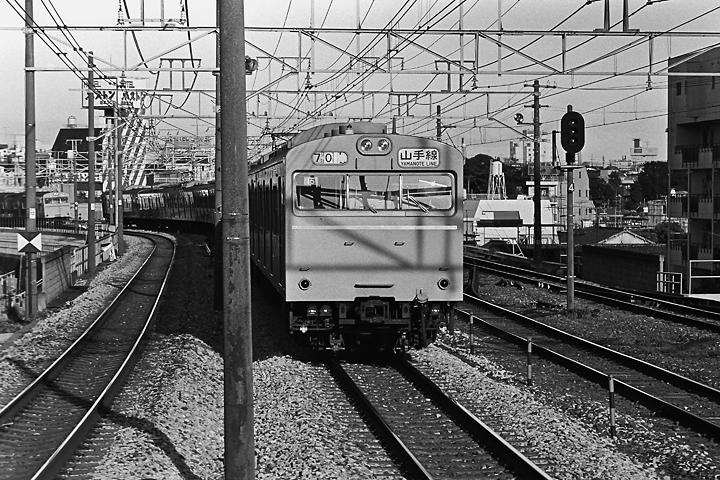 198507大塚駅山手線103形_01