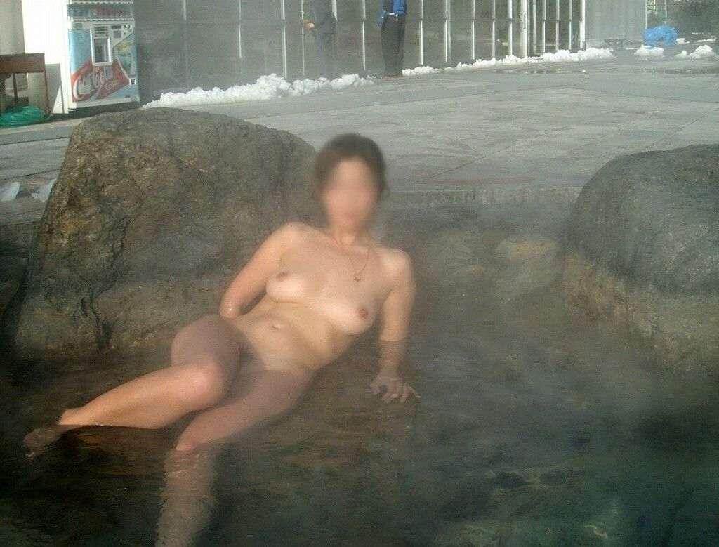 混浴露天風呂で撮影した彼女のハダカ画像 9