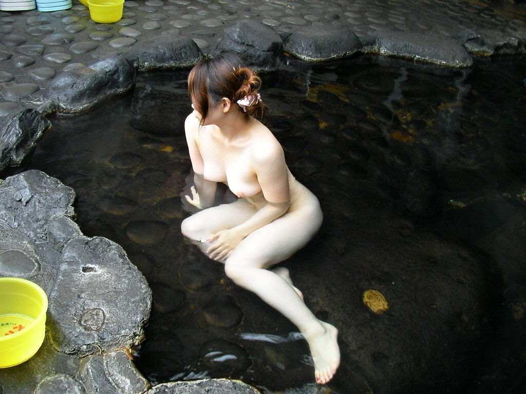 混浴露天風呂で撮影した彼女のハダカ画像 20