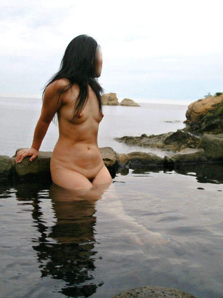 混浴露天風呂で撮影した彼女のハダカ画像 35