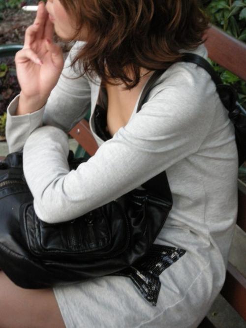 よく見ると乳首丸見えなギャルを街角盗撮してやったぜwww