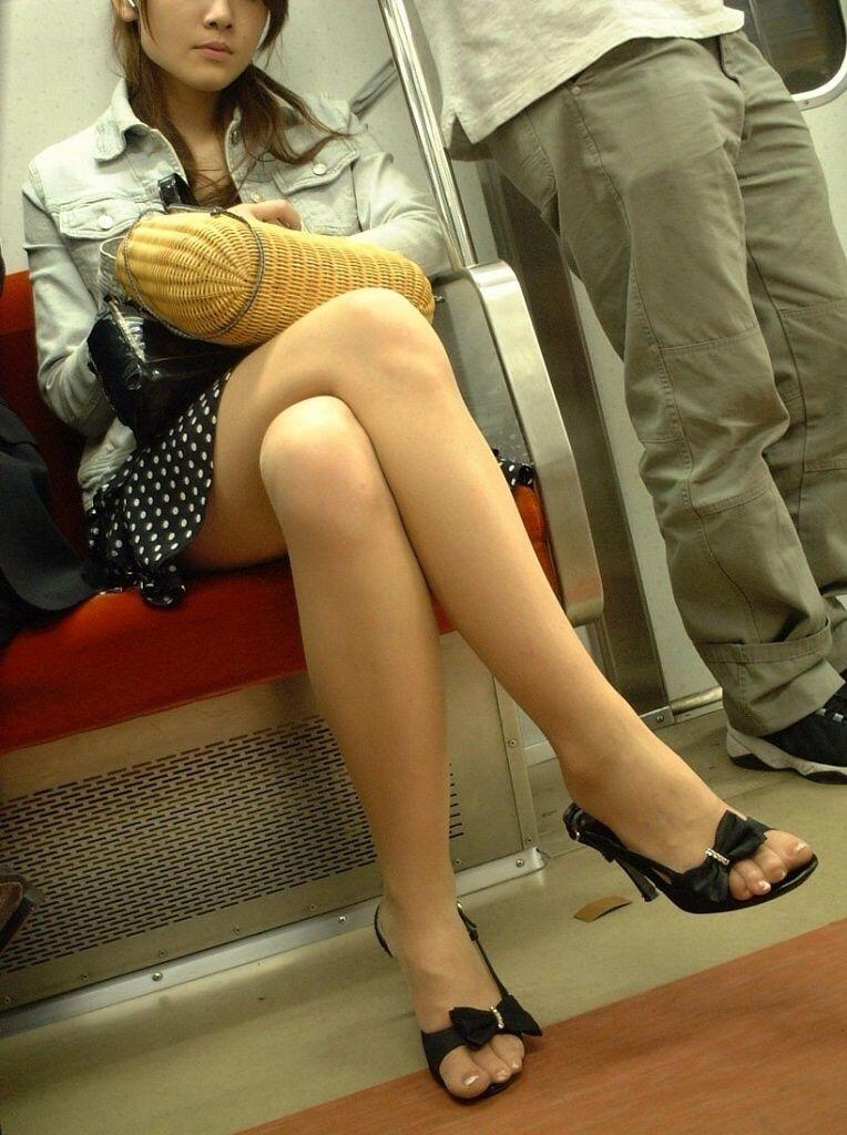 【足組画像】電車で対面に座ってるお姉さんが足組してたらガン見してしまうwww
