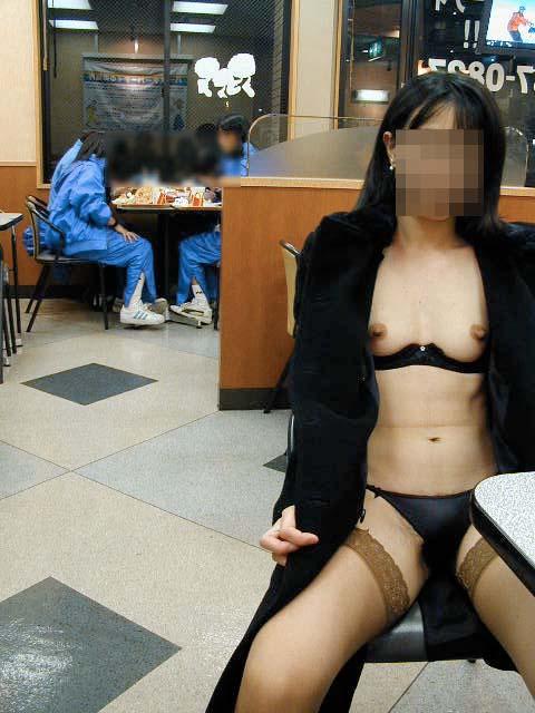 野外露出してるマジキチ淫乱女発見!全裸で買い物くそワロタ 3