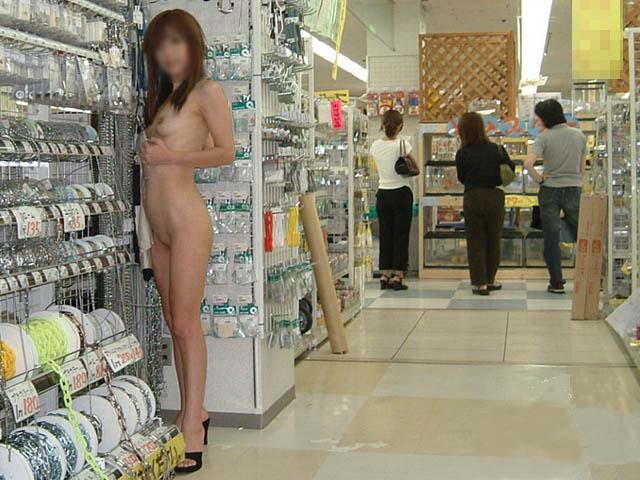 野外露出してるマジキチ淫乱女発見!全裸で買い物くそワロタ 5