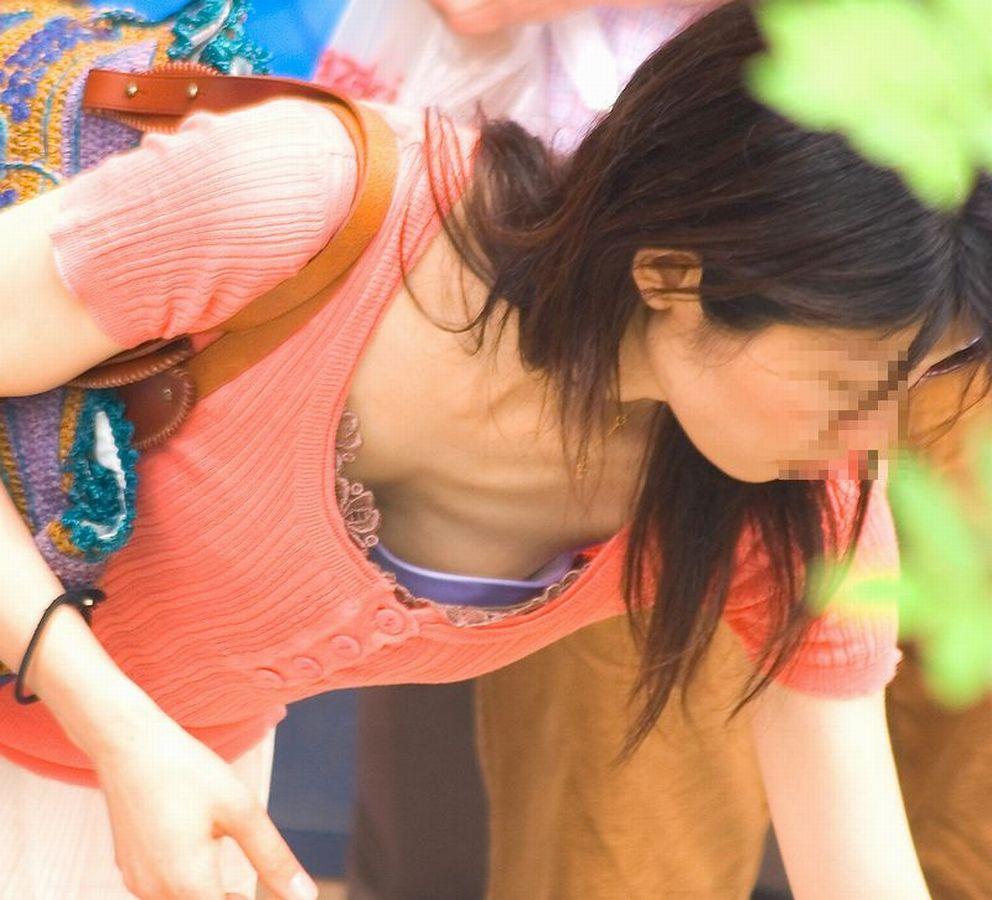 街撮り盗撮 無防備な素人女性の胸チラ画像 5