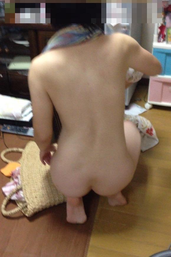 若妻が見せる生活感あふれる部屋撮りエロ画像 6