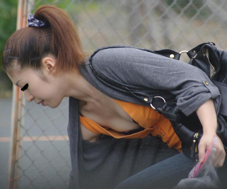 街撮り盗撮 無防備な素人女性の胸チラ画像 7