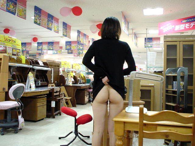 野外露出してるマジキチ淫乱女発見!全裸で買い物くそワロタ 8