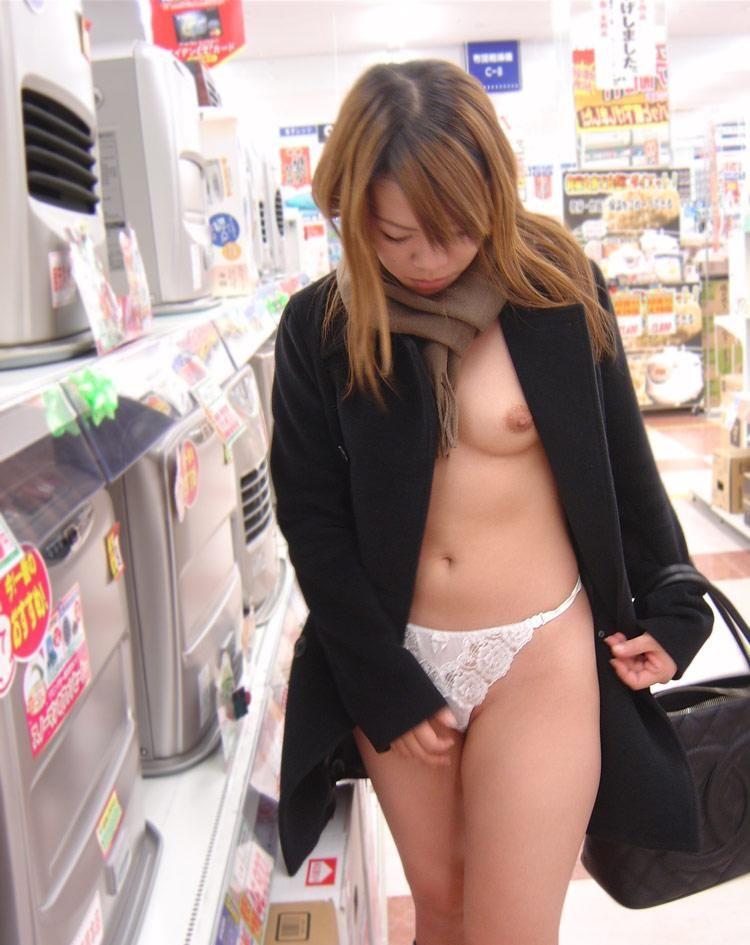 野外露出してるマジキチ淫乱女発見!全裸で買い物くそワロタwww