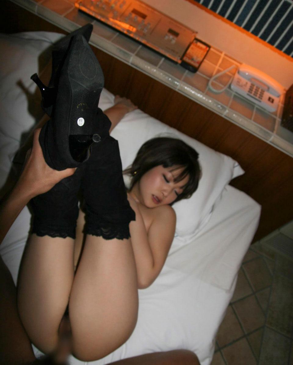性行為中に激しく腰を振る男と女のセックス画像 10
