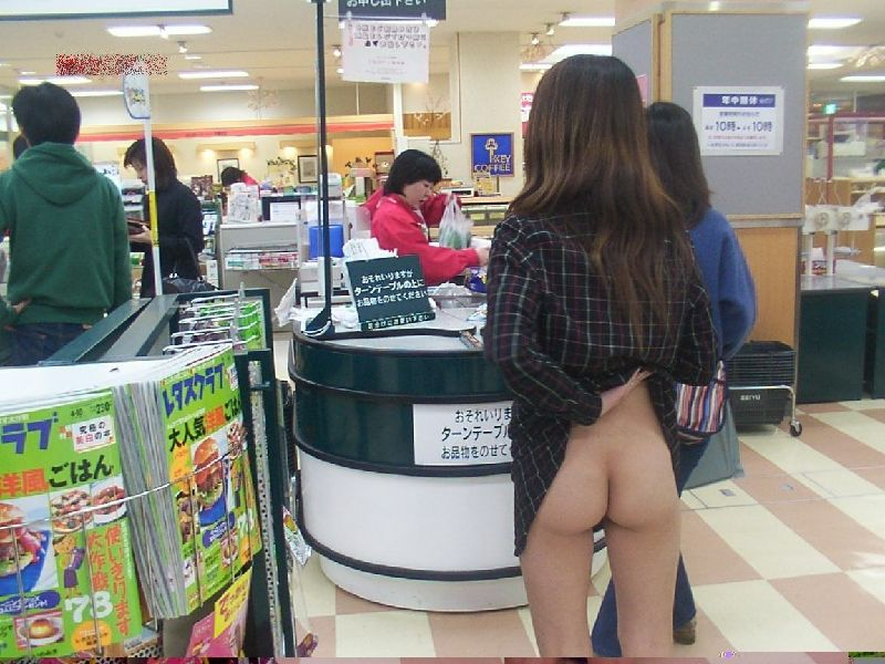野外露出してるマジキチ淫乱女発見!全裸で買い物くそワロタ 11