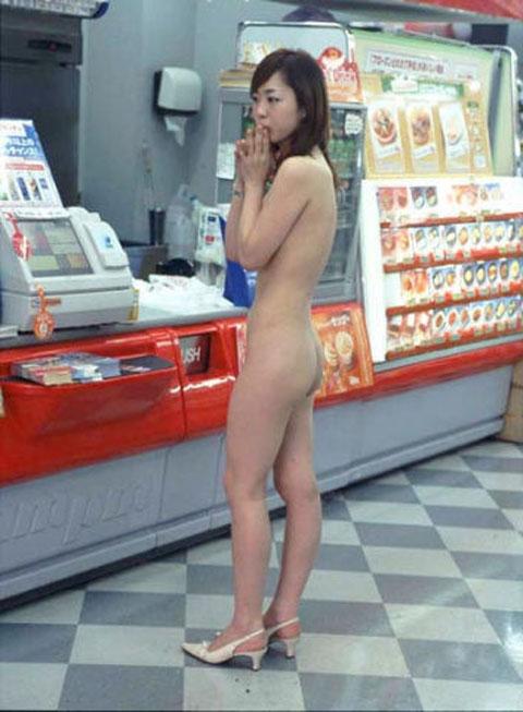 野外露出してるマジキチ淫乱女発見!全裸で買い物くそワロタ 15