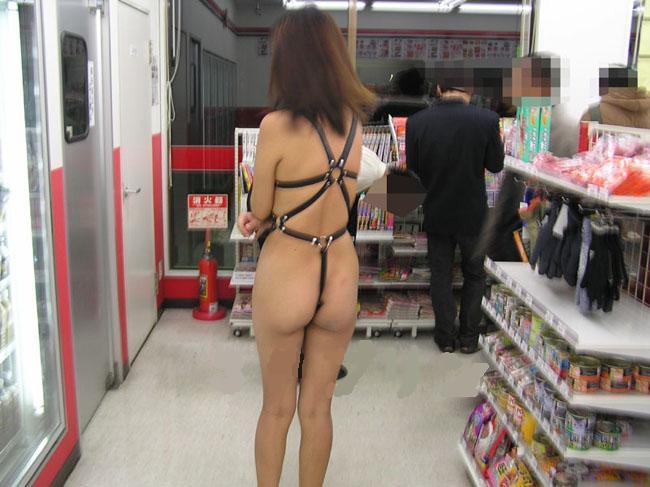 野外露出してるマジキチ淫乱女発見!全裸で買い物くそワロタ 16